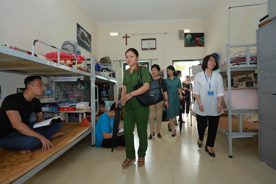 Đoàn thăm chỗ ở của anh em học viên tại Aquila Center