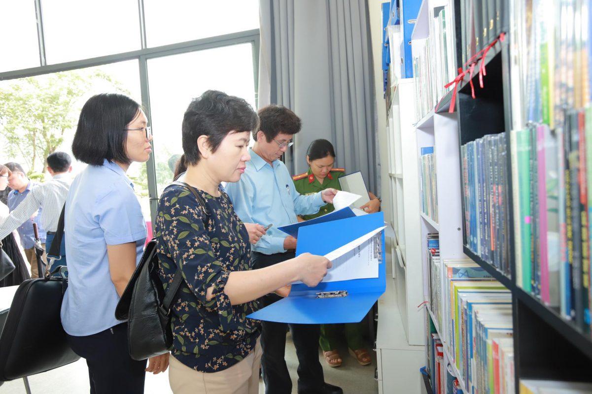Đoàn thăm văn phòng, thư viện tại Aquila Center