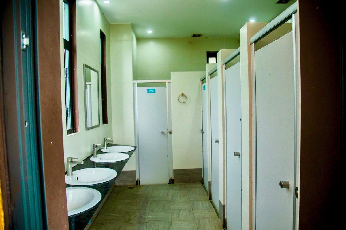 Khu vực nhà vệ sinh Aquila Center