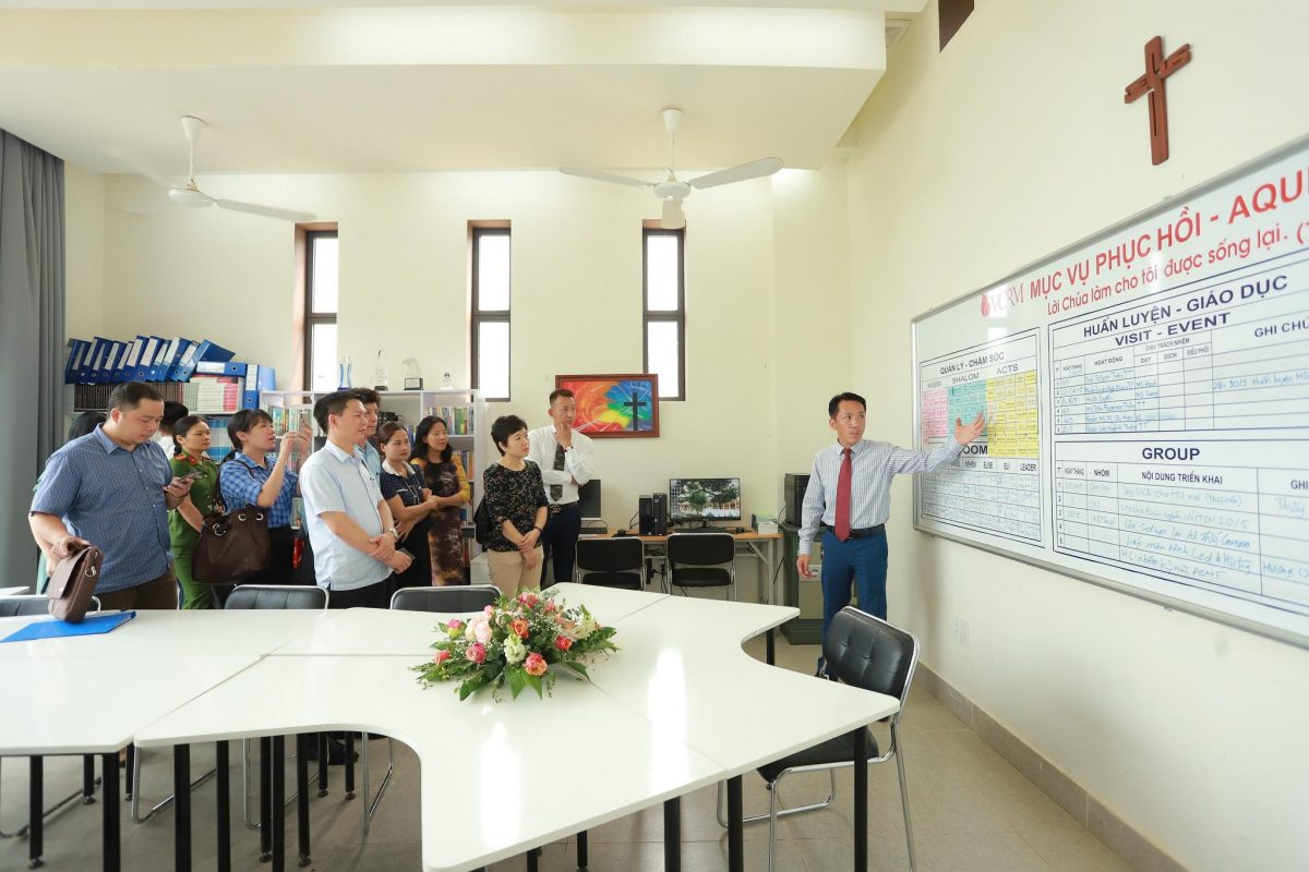 Mục Sư Nam Quốc Trung giới thiệu các quy trình và cách phân loại học viên tại Aquila Center.