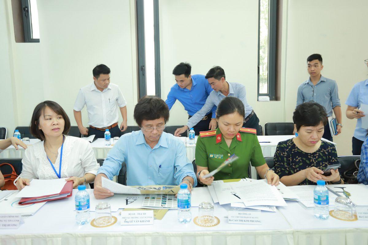 Ông Lê Văn Khánh Phó Cục Trưởng Cục Phòng chống tệ nạn xã Hội - Bộ Lao Động Thương Binh & Xã Hội. (Thứ 2 từ bên trái)